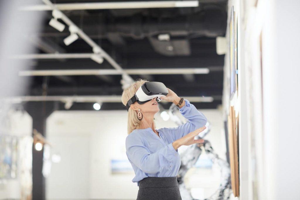 Mujer utilizando gafas de realidad virtual